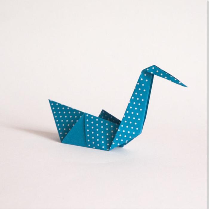 ideas de papiroflexia animales , bonito cisne hecho de papel azul estampada en lunares blancas