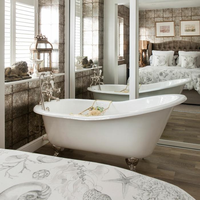 claves de moda para pintar un piso, bañera blanca pequeña, con decoración de espejos grndes en la habitación
