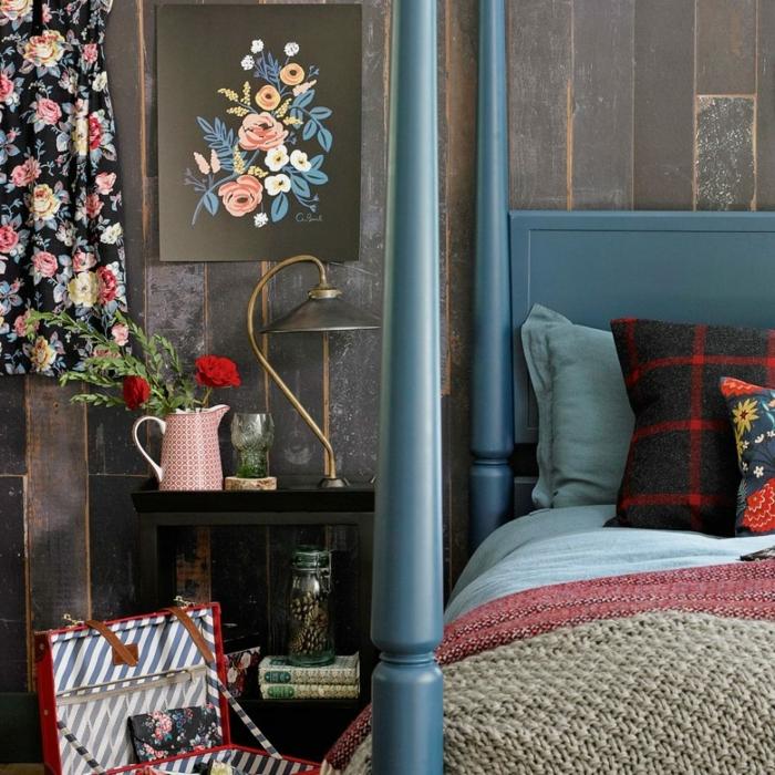claves de moda para pintar un piso, cama en color azul con manta en marrón y roojo, vestido en la pared
