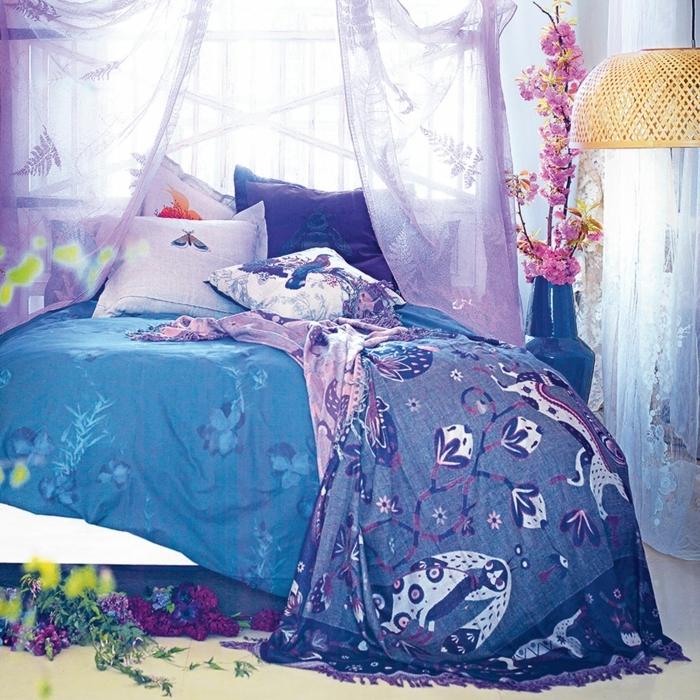 claves de moda para pintar un piso, cama con sábanas en lila, morao y azul con cortinas lilas