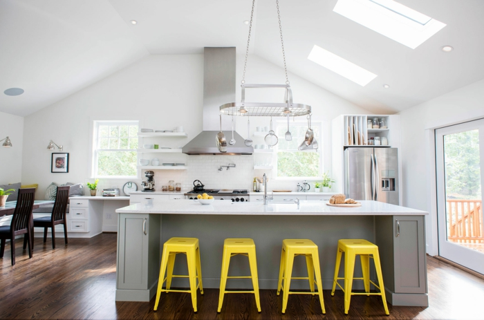 ideas y fotos de cocinas modernas decoradas según las últimas tendencias, decoración en blanco y gris y sillas en amarillo