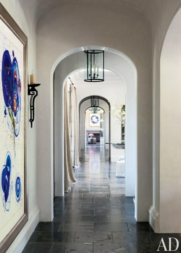 deoración alucinante de entraditas modernas, corredor estrecho decorado en tonos claros, grande pintura en la pred