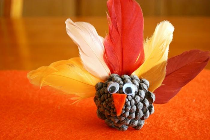 como hacer un pequeño adorno de una piña y plumas artificiales, como hacer manualdiades para los niños
