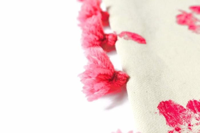 ideas originales de manualidades faciles para regalar, almohada decorada con pompones