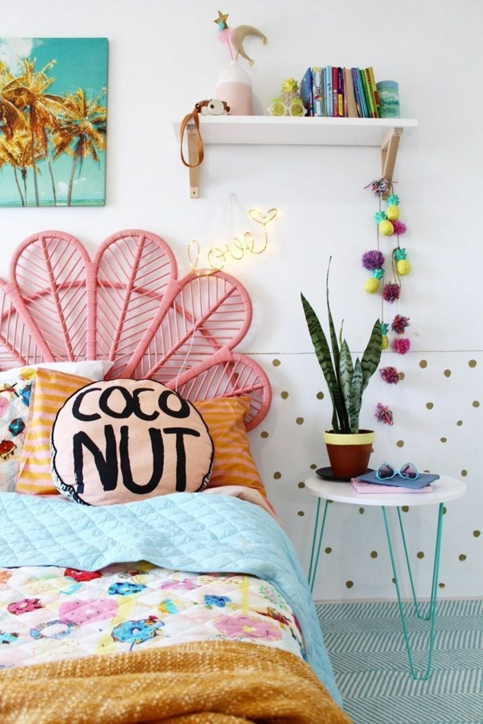 como decorar una habitacion pequeña cama con cabecera en forma de hoja en rosa con almohada coconut