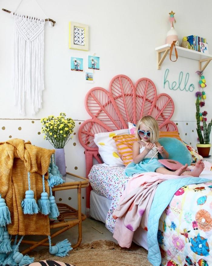 como decorar una habitacion pequeña, niña en la cama con gafas de sol de color azul, sábanas de colores