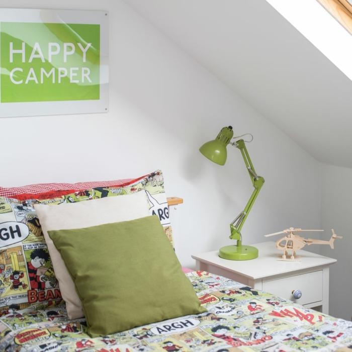 como decorar una habitacion pequeña, sábanas con comics, almohadas en verde y blanco, lámpara en la mesa