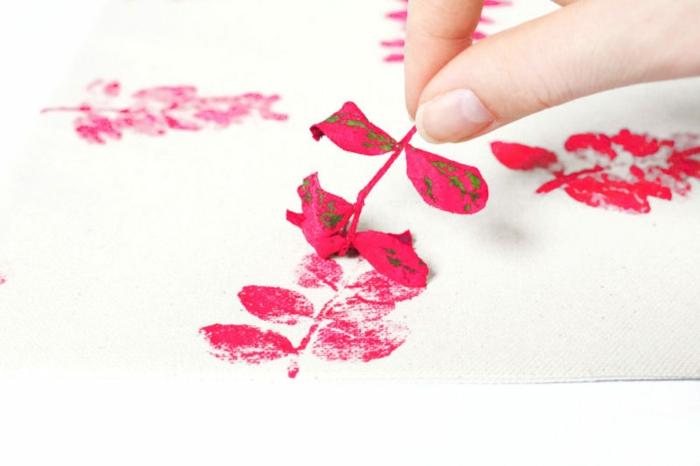 manualidades faciles para regalar paso a paso, almohada decorada a mano motivos botánicos