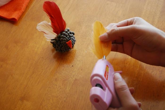 manualidades infantiles para hacer en otoño, ideas con piñas super divertidas y originales