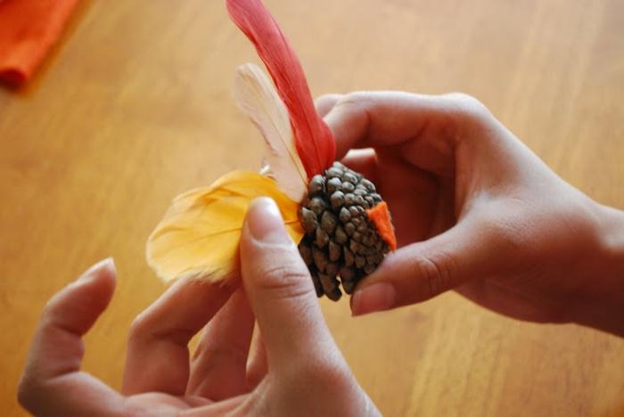 pequeños adornos hechos a mano con piñas, manualidades infantiles para hacer en casa paso a paso