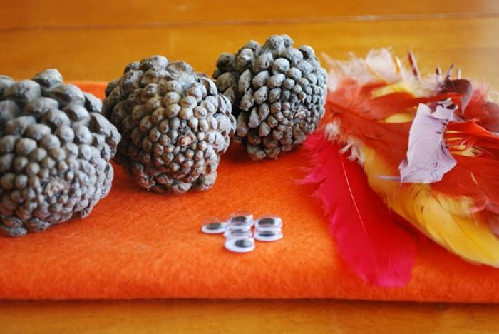 como hacer manualdiades con piñas fáciles de hacer, materiales necesarios para hacer un adorno pequeño