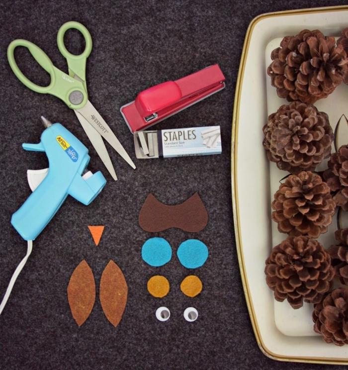 materiales necesarios para hacer buhos decorativos de piñas y fieltro, decoracion navideña manualidades