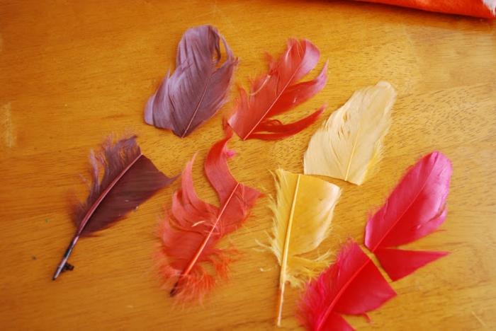 creativas ideas sobre como hacer manualdiades, plumas artificiales en diferentes colores