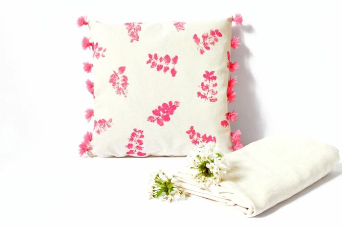 ideas de manualidades fáciles y rápidas para hacer en verano, almohada decorativa con estampados DIY en rosado