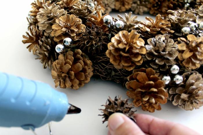 materiales para manualidades de reciclaje, como hacer una guirnalda de piñas paso a paso