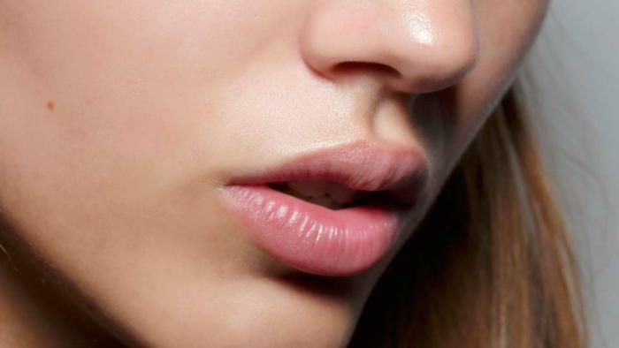 labios naturales con bálsamo labial y un poco de gloss, como aprender a maquillarse paso a paso