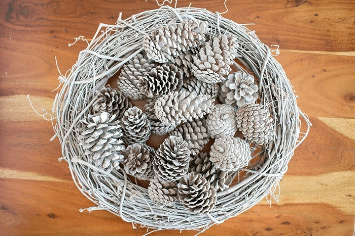 materiales necesarios para hacer una decoracion navideña manualidades con piñas pintadas en blanco