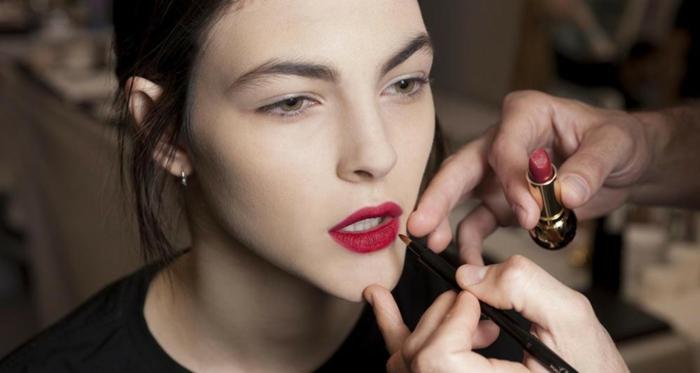 como pintar labios finos trucos y consejos, mujer con labios en color rojo bordeo acabado mate