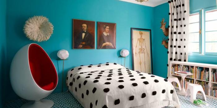 compactos juveniles, cama con mantel en blanco con lunares negros, silla de huevo blanca y roja por dentro