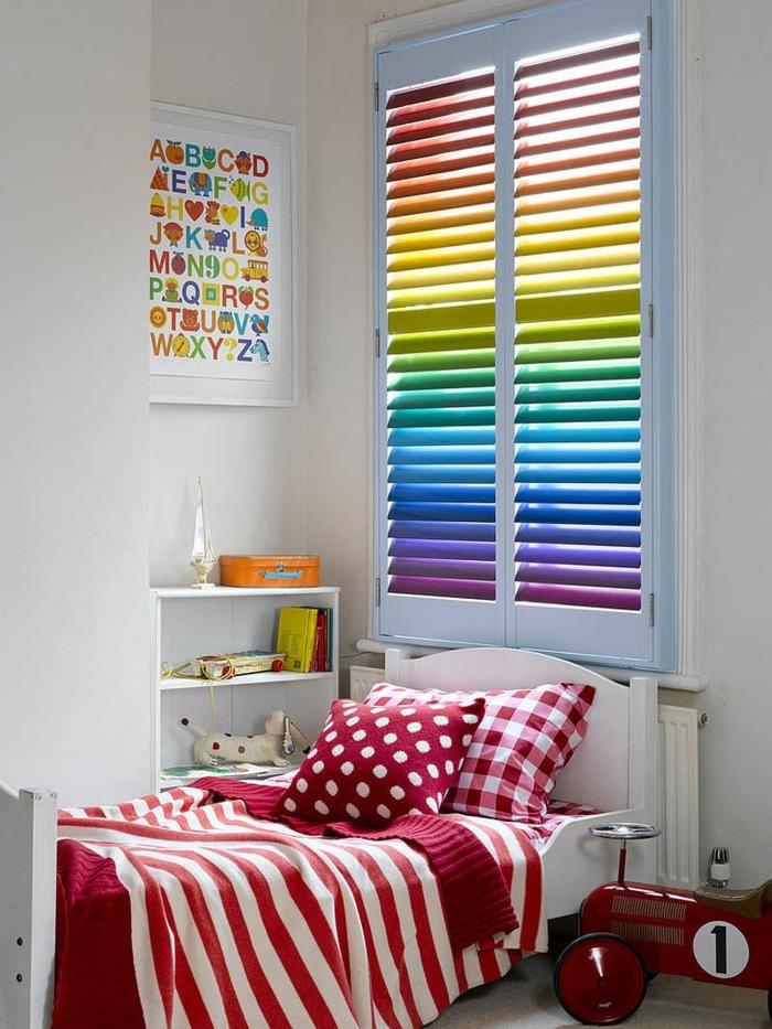 compactos juveniles, persiana de colores como el arcoiris, cama blanca con sábanas en rojo y blanco