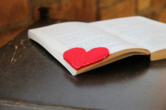como hacer marcarpaginas manualidades, corazones de fieltro color rojo, separadores de libros