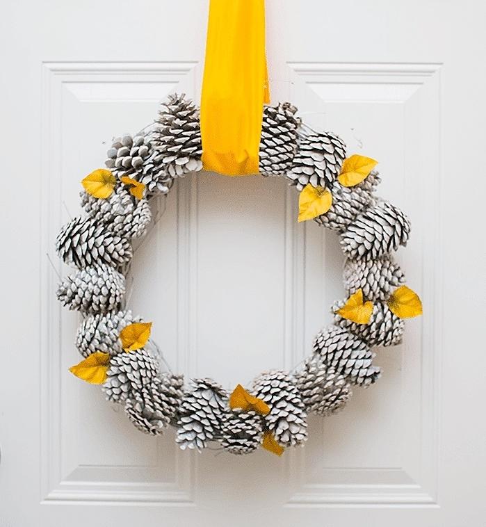 originales ideas de decoracion navideña manualidades con piñas, guirnalda DIY paso a paso