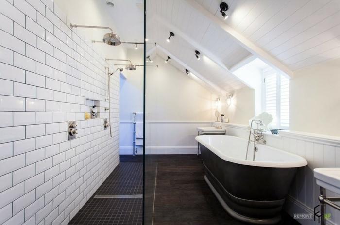 reforma baño pequeño abuhardillado, bañera en negro, paredes con azulejos en blanco