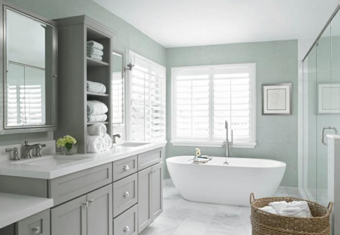 ideas de reforma baño pequeño, paredes en verde grisáceo, armario en gris y suelo de mármol