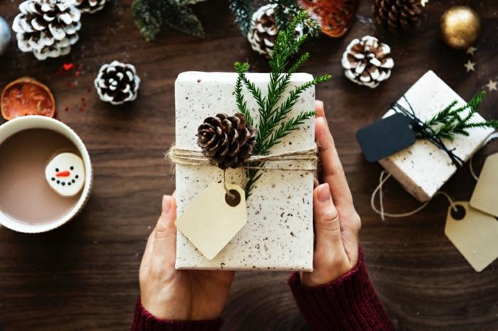 ideas de materiales para manualidades, decorar embalaje con piñas, ideas creativas DIY para Navidad