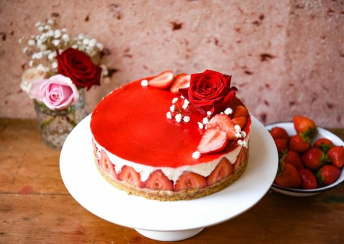 preciosa tarta de queso fresco y fresas adornada con flores, recetas de postres ricos y fáciles de hacer