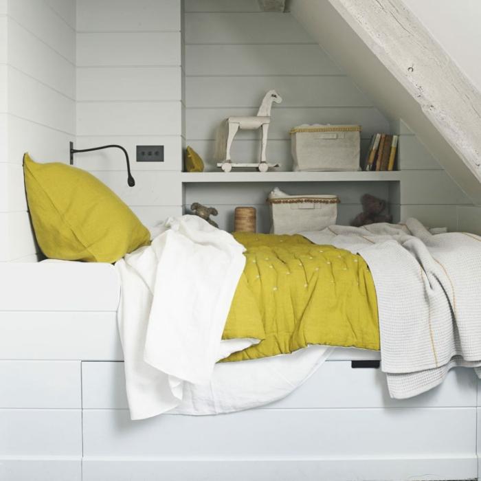 decoracion apartamentos pequeños, cama con sábanas en amarillo y blanco con cama de madera