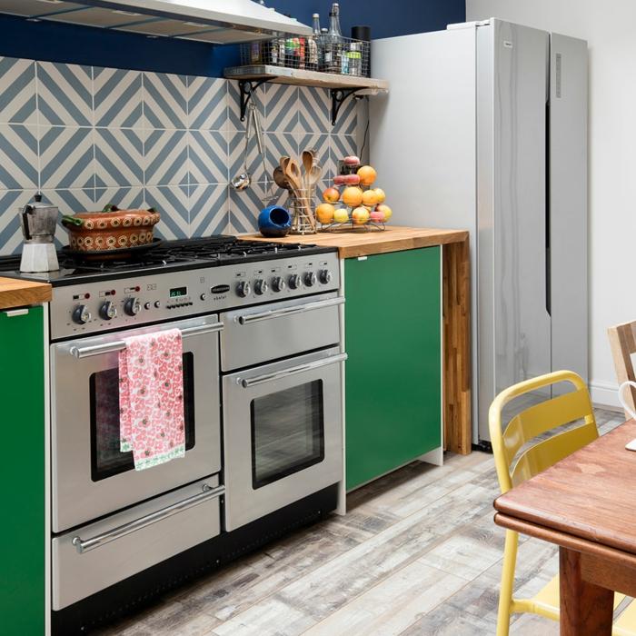 decoracion apartamentos pequeños, parquet de madera, silla amarilla y nevera doble en la cocina
