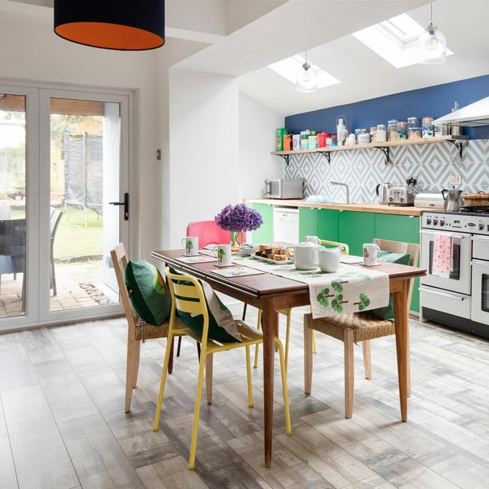 decoracion apartamentos pequeños, cocina con mesa de madera para comer, sillas de diferentes colores