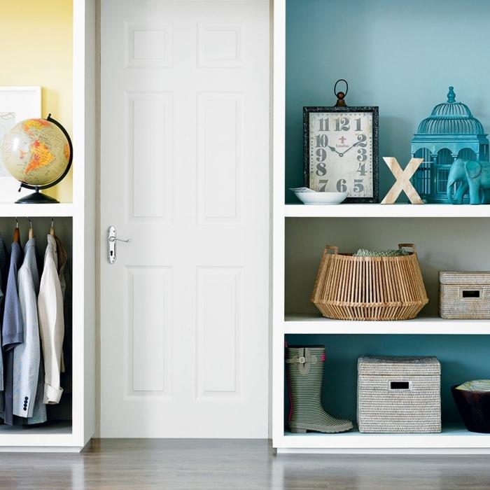 decoracion apartamentos pequeños, estantería blanca con globo con e mapa mundi, reloj de cifras grandes