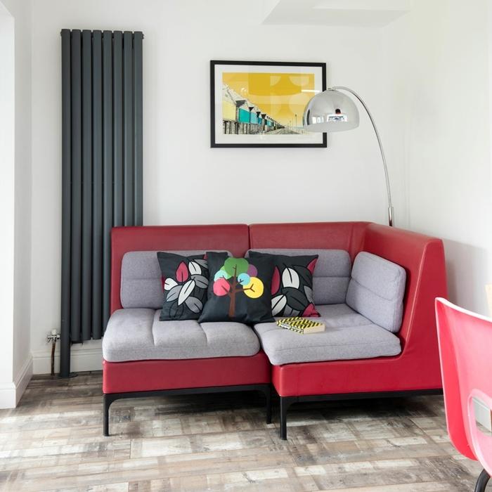 decoracion apartamentos pequeños, sofá en rojo con cojines en gris claro, lámpara alta y cuadro en la pared
