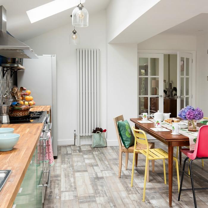 decoracion apartamentos pequeños, cocina con paredes blancas y parquet de madera en gris, marron claro y blanco