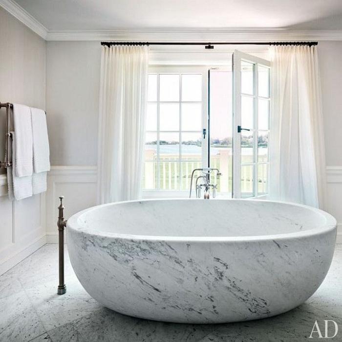 preciosas ideas de cuartos de baño de diseño decorados en blanco y gris, grande bañera de mármol