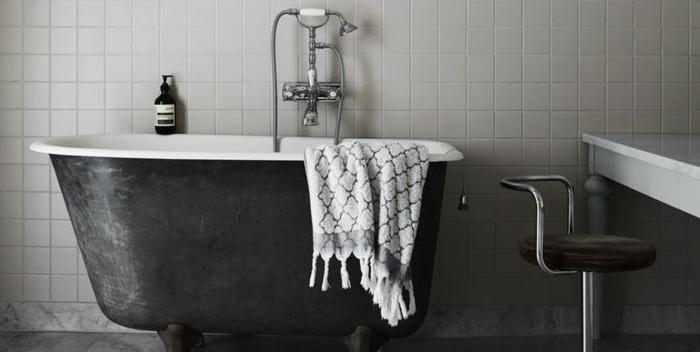 cuartos de baño de diseño decorados en estilo vintage, bañera patas garra en gris oscuro