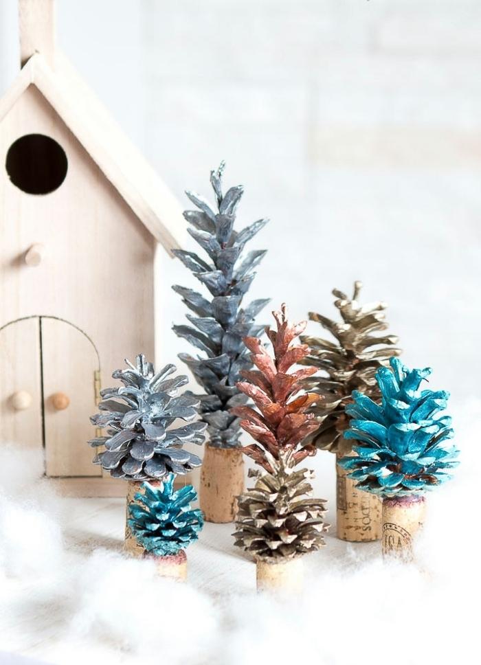 preciosos adornos navideños hechos con piñas pintadas y corchos, ideas de manualidades originales