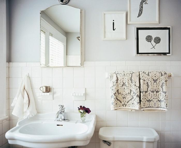 baños modernos con ducha decorados con encanto, cuadros decorativos modernos y espejo vintage