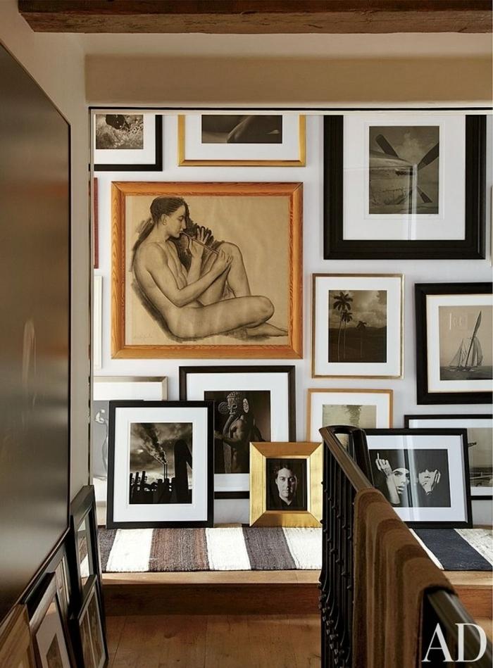 cómo decorar entraditas y recibidores, diseño en estilo rústico moderno, escaleras con galería de pinturas