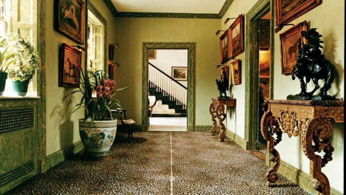 pasillo de entrada grande decorado en estilo rústico moderno, muebles recibidor estrecho