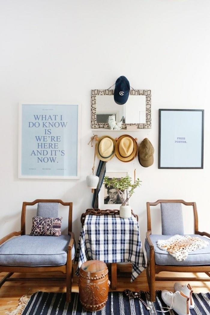 hermoso recibidor decorado en tonos azul con muebles de madera, recibidores de casas con mucho encanto