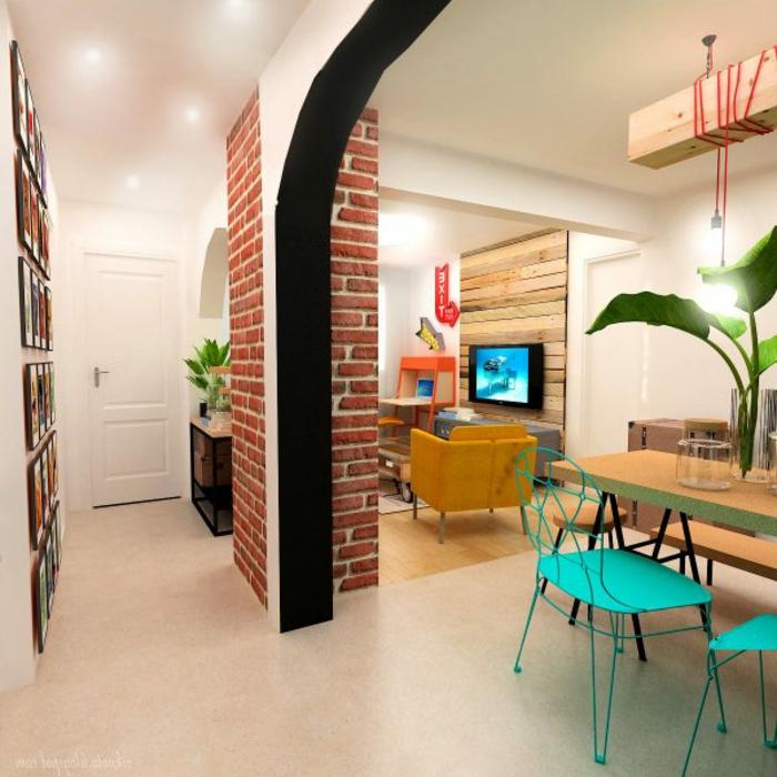 muebles recibidor estrecho y moderno, galería de cuadros en la pared, comedor con sillas pintadas en colores llamativos