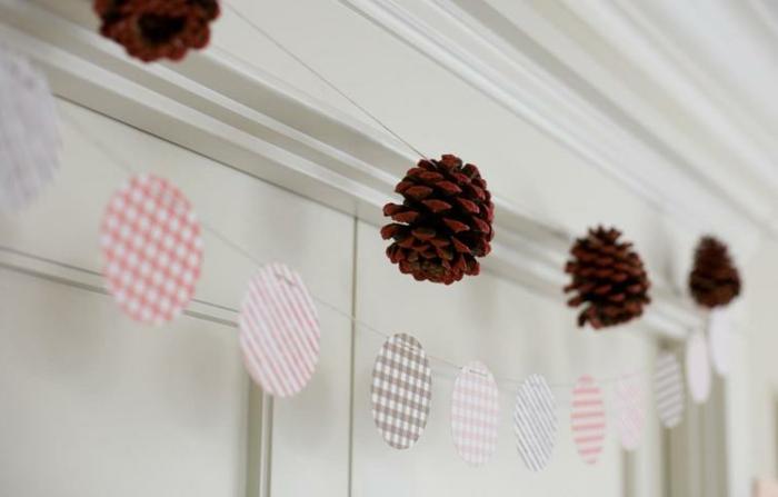 preciosa guirnalda de piñas para decorar la casa en otoño, manualidades otoño super fáciles de hacer