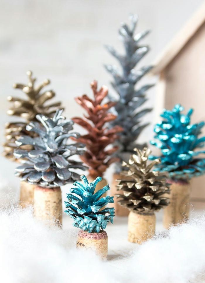 preciosos adronos navideños DIY, piñas pintadas en colores metalicos, manualidades originales para hacer en Navidad