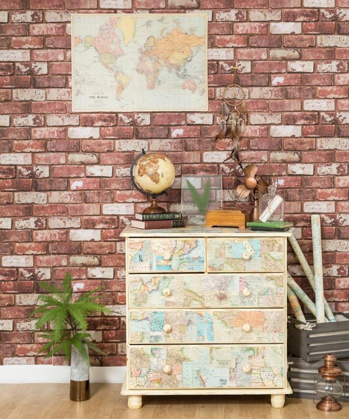 decoracion pisos pequeños, armario con mapa del mindo, vinilo de ladrillos en la pared, globo esférico