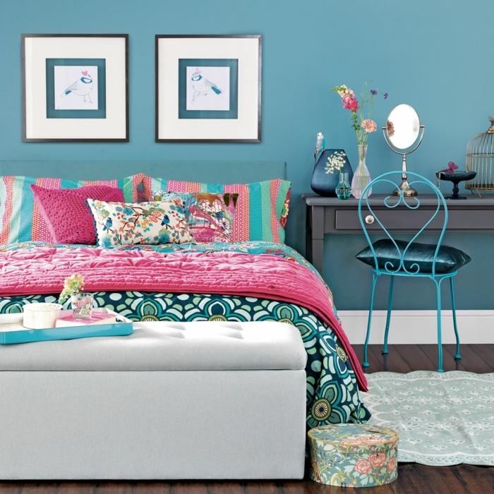 decoracion pisos pequeños, cama con sábanas de diferentes colores con motivos étnicos, cuadros