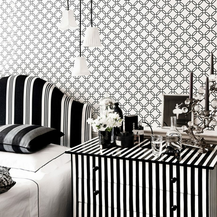 decoracion pisos pequeños, habitación con decoración en blanco y negro con armario de rayas verticales