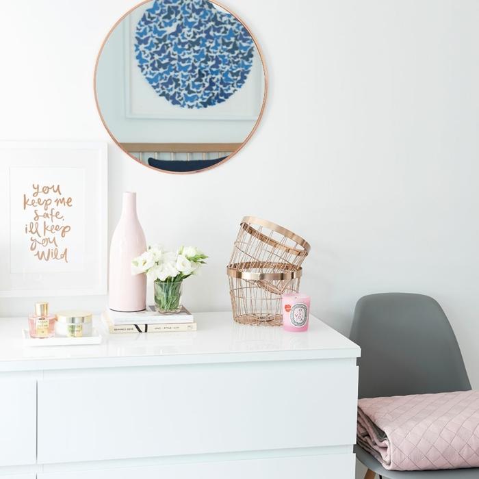 decoracionsalon pequeño. armarion en blanco, espejo redondo , silla con manta rosa encima